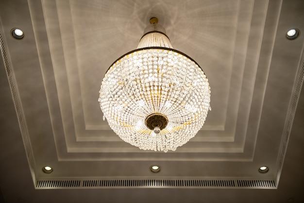 호텔 홀의 천장에 매달려있는 크리스탈 샹들리에