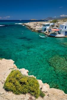 ミタロスビレッジビーチ、ミロス島、ギリシャで透き通った青い水。