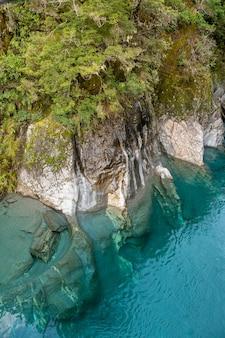 フィヨルドランドの川の青いプールの透き通ったきれいな青い水