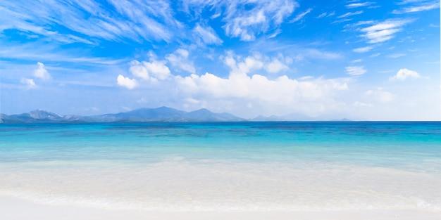 澄んだ海の熱帯島