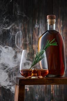 Хрустальный стакан и бутылка с виски
