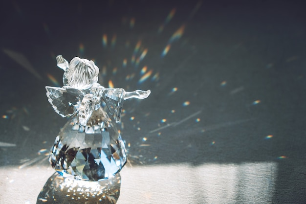 Хрустальный ангел в лучах солнца с отражающим тисненым блеском вера, надежда, милосердие