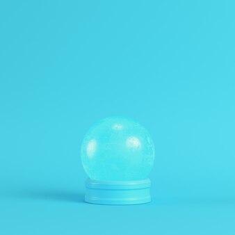明るい青色の背景にクリスタルガラス