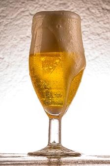 冷たいピルスナービールとクリスタルガラス