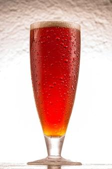 冷たい赤いエールビールとクリスタルガラス