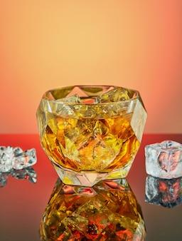 Хрустальный кубок с роскошным виски и кубиками льда