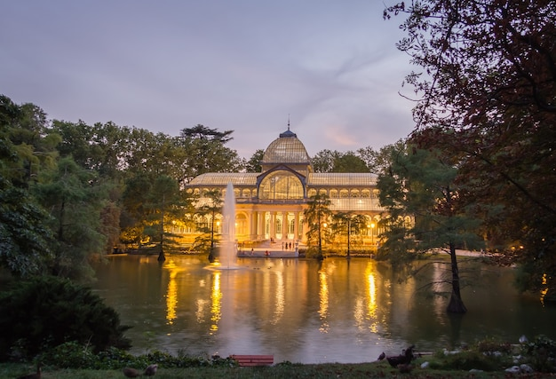 Хрустальный дворец в парке буэн-ретиро, мадрид