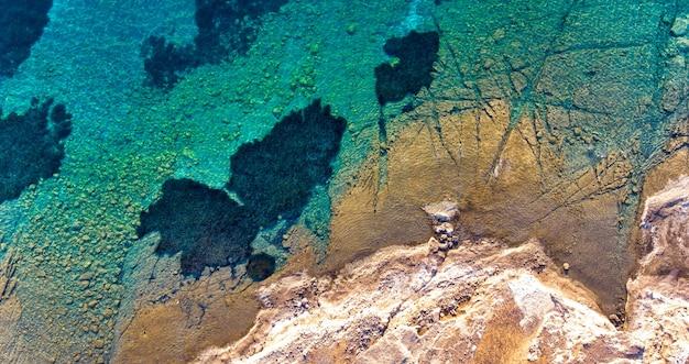 수정 같은 바다에서 영감을 받은 만 수족관은 바닷속 세계를 염탐하기에 좋은 장소입니다.