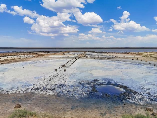 건조된 소금 호수에서 결정화된 소금과 천연 미네랄 머드. 여기 사람들은 유황의 이점 때문에 진흙 목욕을 합니다. 자연 배경입니다. 말라버린 소금 호수. 치유의 진흙이 있는 호수