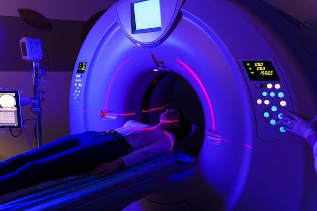 Компьютерный томограф в клинике с синим освещением и красным сканирующим лазером