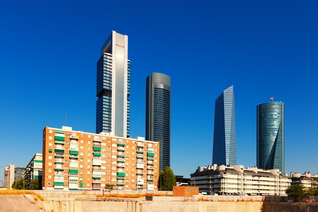 Вид мадрида с бизнес-центром cuatro torres