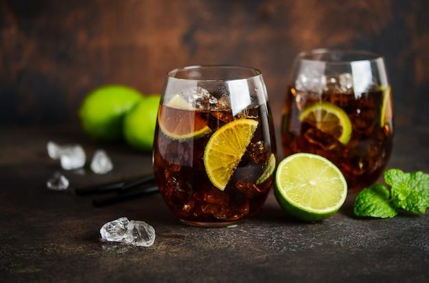 茶色のラム酒、コーラ、ライムのキューバリブレ。キューバリブレまたはロングアイランドカクテル。