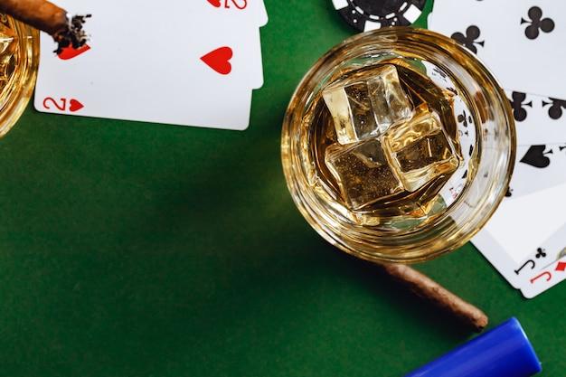 Кубинский сигарный стакан виски и чипсы на столе