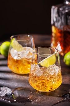 アイスとライムのキューバの強いラム酒