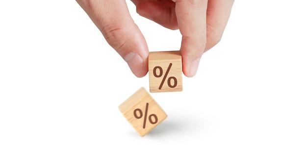 Блок куб в руке с процентными иконками