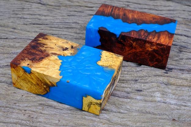 古いテーブルにネイチャーバールburmapadaukとメープルウッドを使用したキューブキャスティングエポキシ樹脂