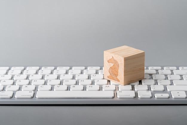 Значок концепции стратегии бизнеса, маркетинга и покупок на клавиатуре cube & computer