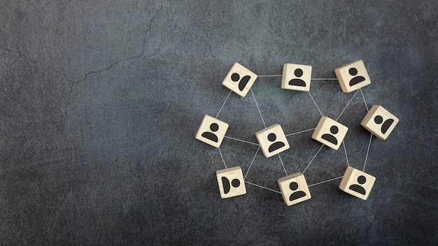Куб с символом людей и глобальными сетевыми соединениями на черном фоне