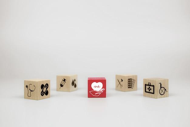 医療と健康のアイコンが付いたキューブ木製おもちゃブロック。