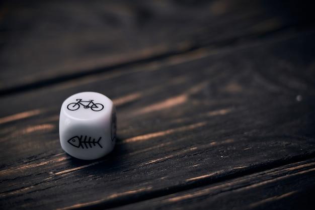 Кубики кости с забавными символами образа жизни. знак велосипедов на верхней стороне