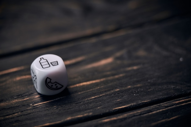 Кубики кости с забавными символами образа жизни. знак напитка на верхней стороне