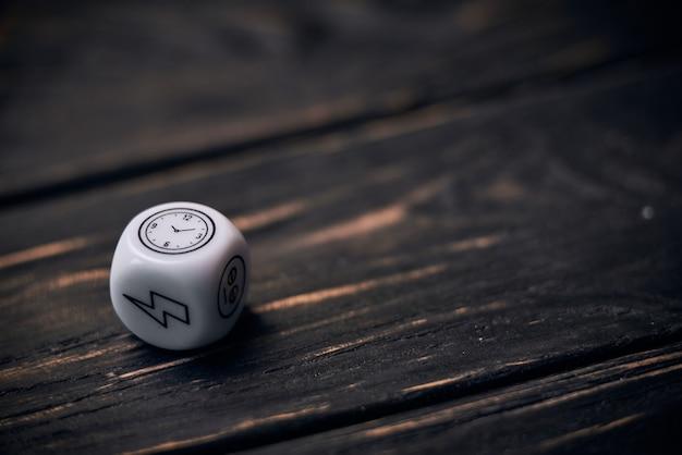Кубики кости с забавными символами образа жизни. знак времени на верхней стороне