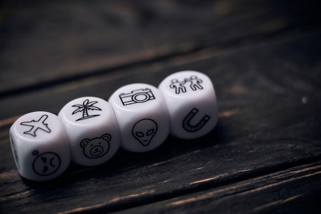 Кубики кости с забавными символами образа жизни.