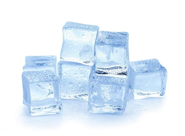 白い表面上の氷の立方体