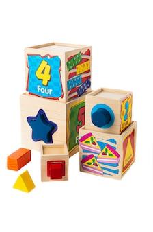 キューブソーター。素材は木です。教育玩具モンテッソーリ。白色の背景。閉じる。