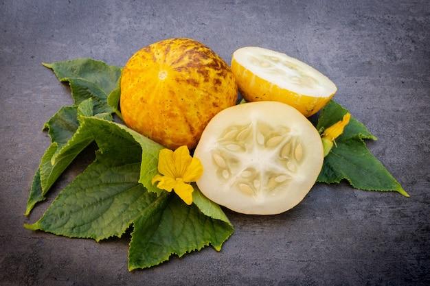 キュウリクリスタルレモン、暗い背景の上のcucumissativus