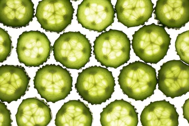 오이 녹색 조각 패턴 흰색 배경에 고립입니다. 크리 에이 티브 오이 벽지, 음식 배경 디자인