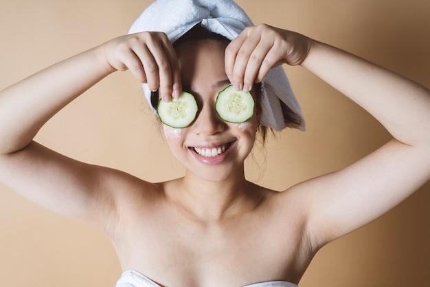 髪にタオルでキュウリマスク美容トリートメントアジアの女性