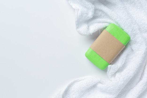 きゅうりのスライスと白い背景の石鹸
