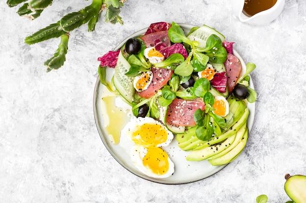 きゅうり、マグロの燻製、アボカドサラダと卵とオリーブ