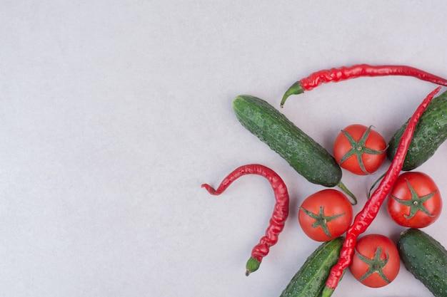 白い表面にきゅうり、唐辛子、トマト