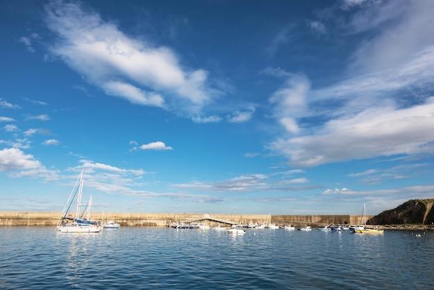 スペインのアストゥリアスで晴れた日にcudillero港。