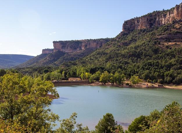 クエンカはスペインの中央東部の山々に根ざした都市です