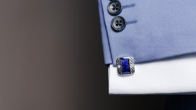 青いスーツの袖のカフスボタン