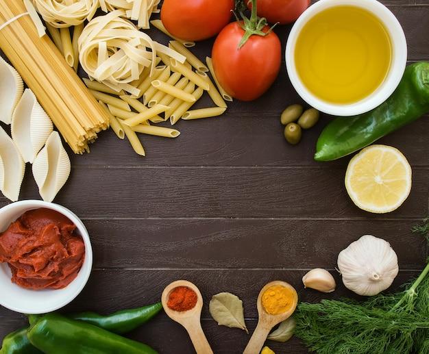 レシピの料理の背景。イタリアのパスタを調理するための材料からのフレーム。食料品の買い物リスト、レシピ本、ダイエットまたはビーガンフード。