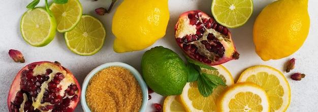 さわやかな飲み物のレモネード、モヒート、または冷たいさわやかなお茶の料理の背景。