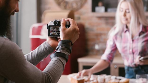 요리 블로그. 음식 요리 취미. 커플 촬영 비디오 튜토리얼. 초보자를위한 단계별 가이드.