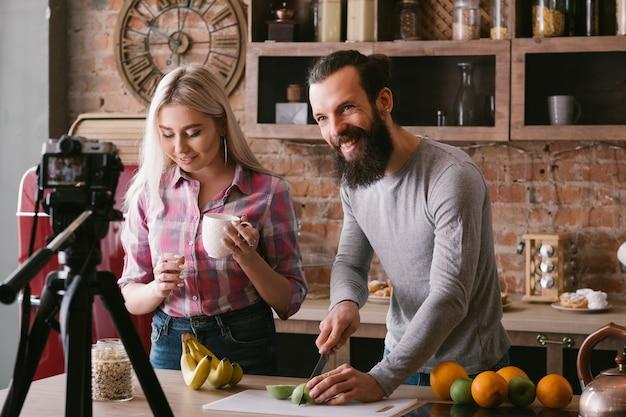 요리 블로그. 건강한 음식 요리. 커플 취미와 라이프 스타일. 영양가있는 식단에 대한 비디오 자습서.