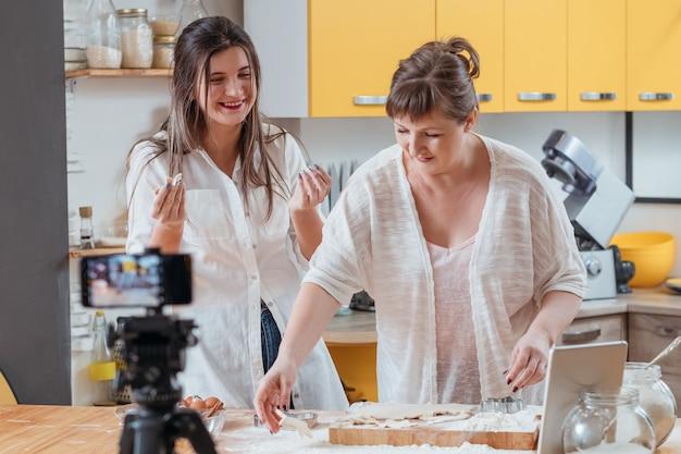 요리 블로그 순간 엄마와 딸이 부엌에서 재미