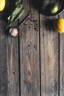 Кулинарные зеленые травы, шпинат, укроп, петрушка, авокадо в деревянном ящике, изолированные на белом фоне