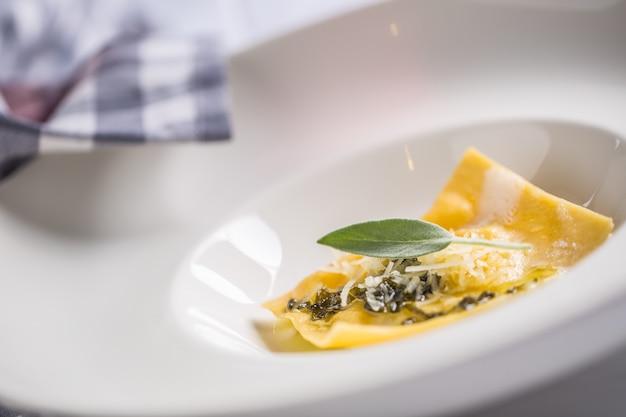 レストランでのイタリアンパスタラビオリの料理の準備。