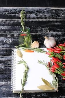 Кулинарные примечания на старой деревянной книге в деревенском стиле для рецептов