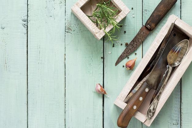 요리 표면 빈티지 주방 용품 마늘과 나무 식탁에 로즈마리 복사 공간 평면 누워 평면도