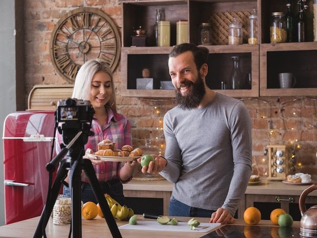 건강한 영양에 관한 요리 동영상 블로그. 균형 잡힌 식단. 젊은 가족 생활. 패스트리 유혹. 주방 비디오 촬영.