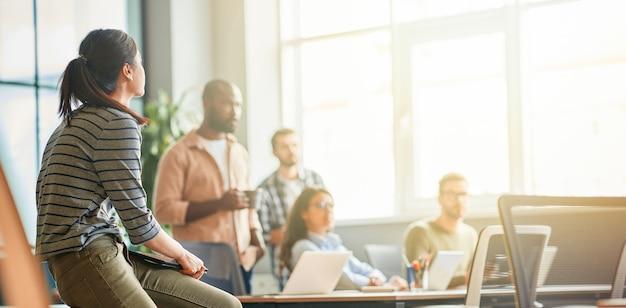 회사에서 일하는 젊은 사람들의 문화적 혼합