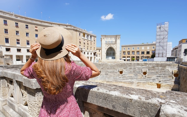 イタリアの文化観光。イタリア、レッチェ市のローマ円形劇場の遺跡を訪れる美しい観光客の女の子。